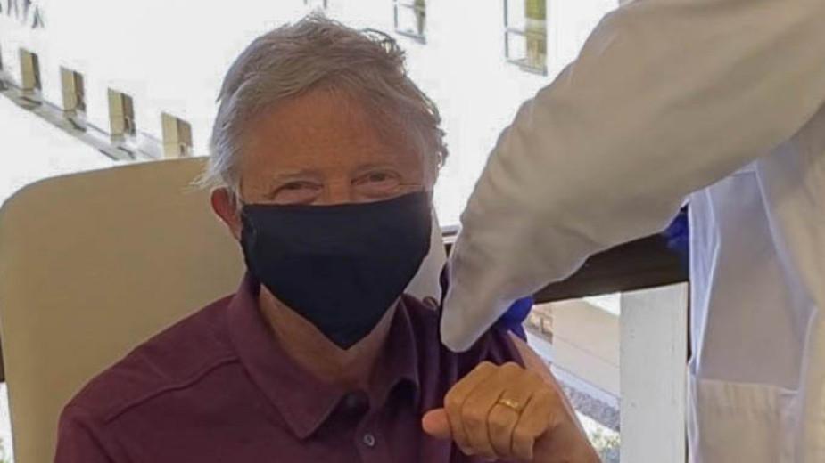 Бил Гейтс се ваксинира срещу коронавирус