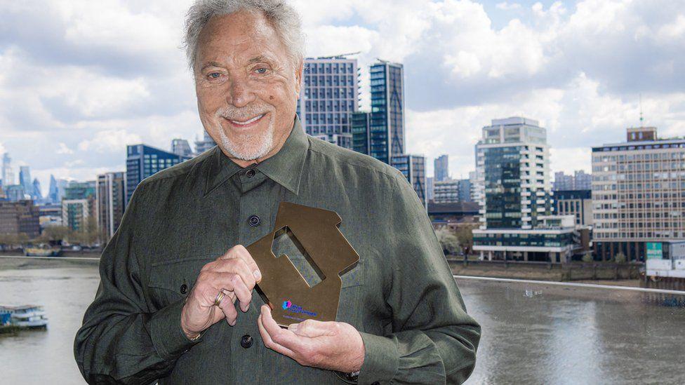 Том Джоунс стана най-възрастният мъж, оглавил класация за албуми на Великобритания – снимки, видео