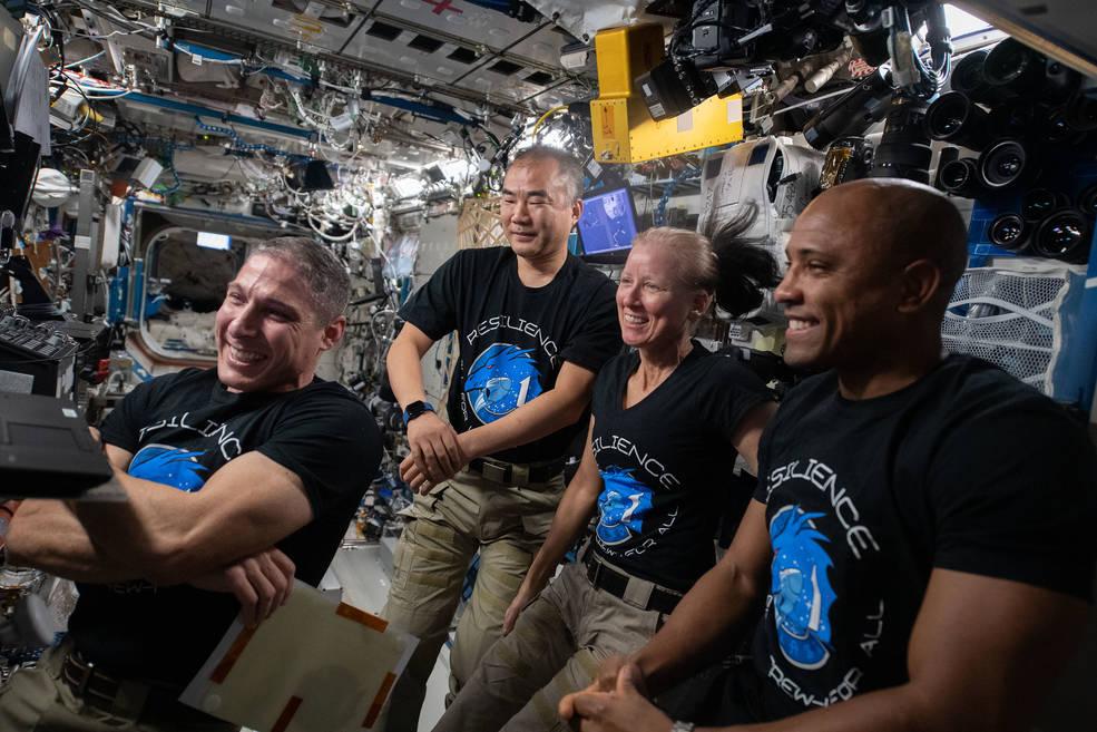 Космическата капсула на Space X се отдели от МКС и потегли към Земята – снимки, видео